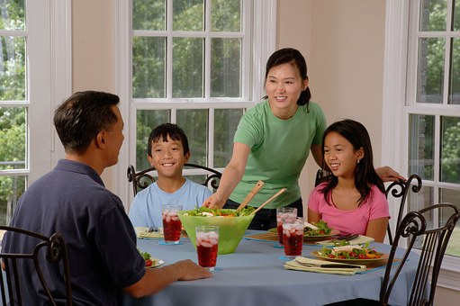family-eating-at-the-table-619142__340